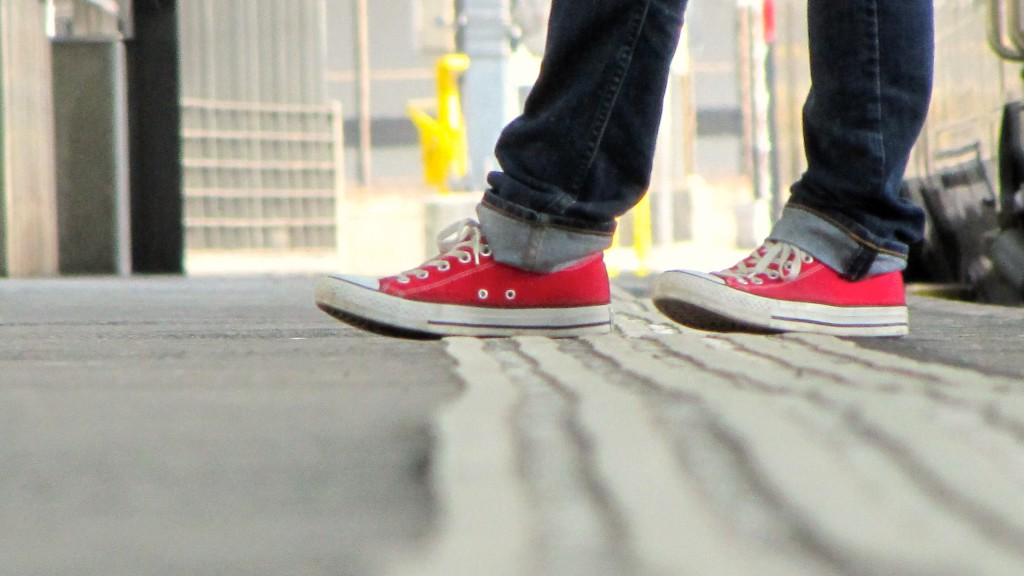 chaussure rouge sur le quai